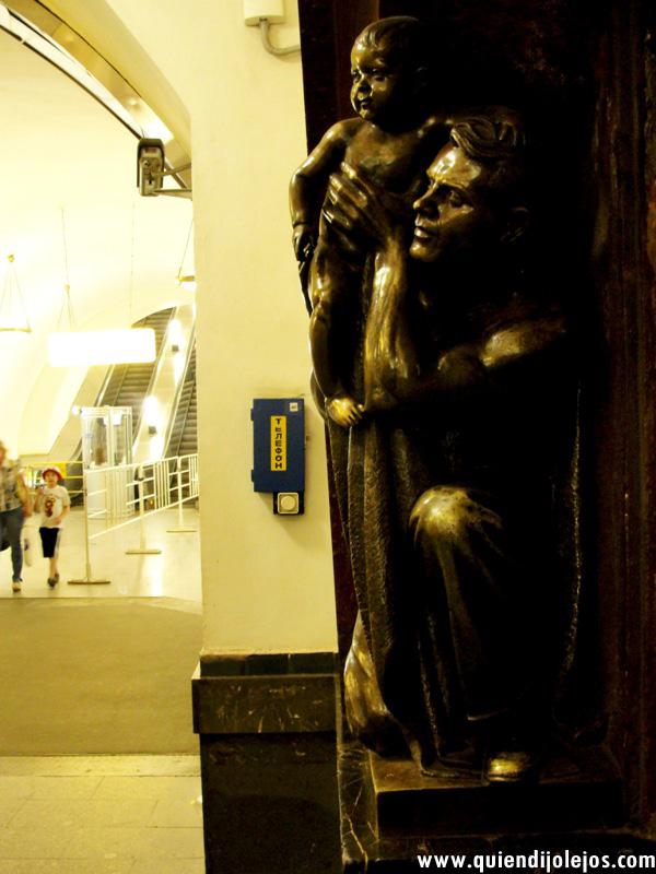 La estación Ploshad Revolutsii exhibe 76 esculturas de bronce