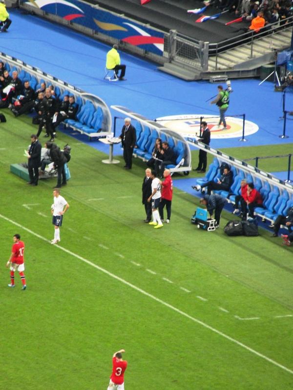 Ese señor de saco, al centro de la foto, es Didier Deschamps, quien alzó la Copa del Mundo en 1998