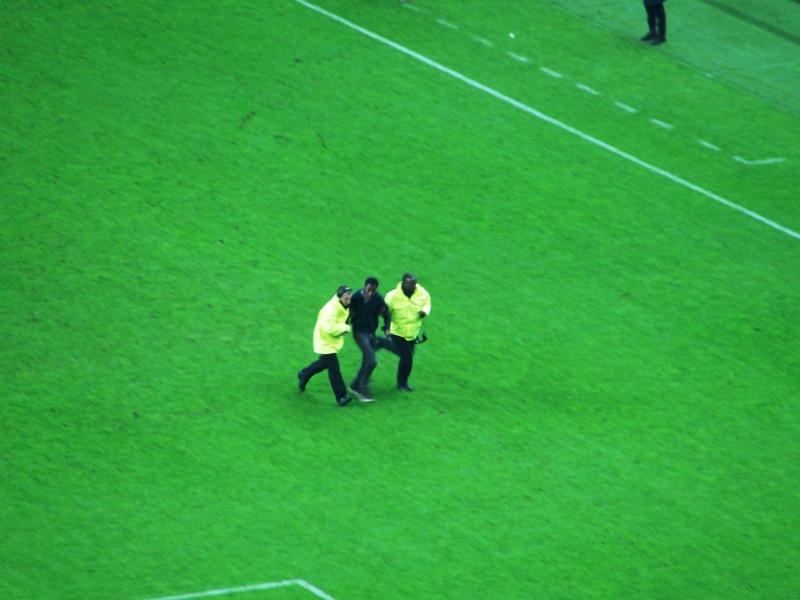 Siempre hay un malandrín que se lanza a la cancha después del juego