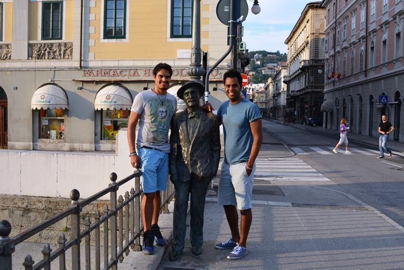 Nelvino y yo no perdimos la ocasion de fotografiarmos con el maestro James Joyce, quien vivio en la ciudad