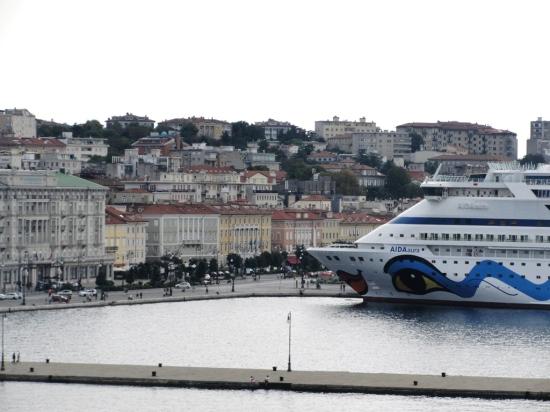 Del puerto salen cruceros que llegan hasta Grecia