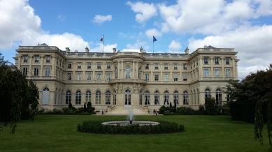 La construcción es de estilo Napoleón III