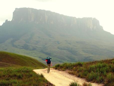 En el camino hacia la cima del Monte Roraima (Foto: Johan Ramírez)