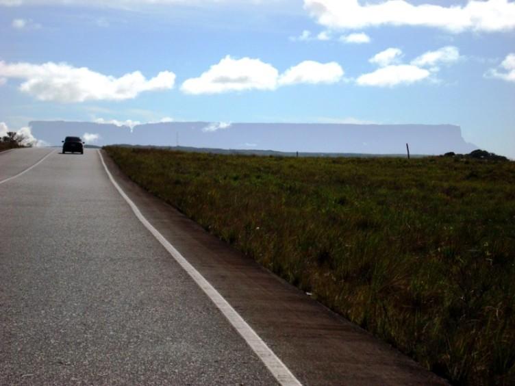 Toda La Gran Sabana está atravesada por una carretera pavimentada (Foto: Johan Ramírez)