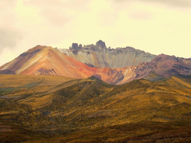Volcán Tunupa en los límites del Salar. JOHAN RAMÍREZ
