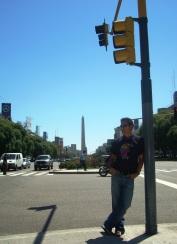 Johan en la Av. 9 de Julio, Obelisco de fondo en Buenos Aires